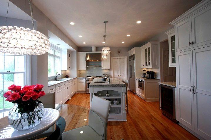 Beleuchtung in der Küche mit einer Holzdecke. Wie organisieren Küche ...