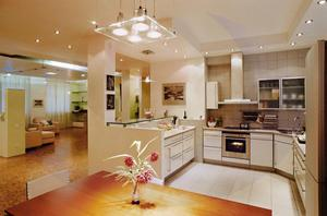 Illuminazione in cucina con un soffitto in legno. come organizzare l
